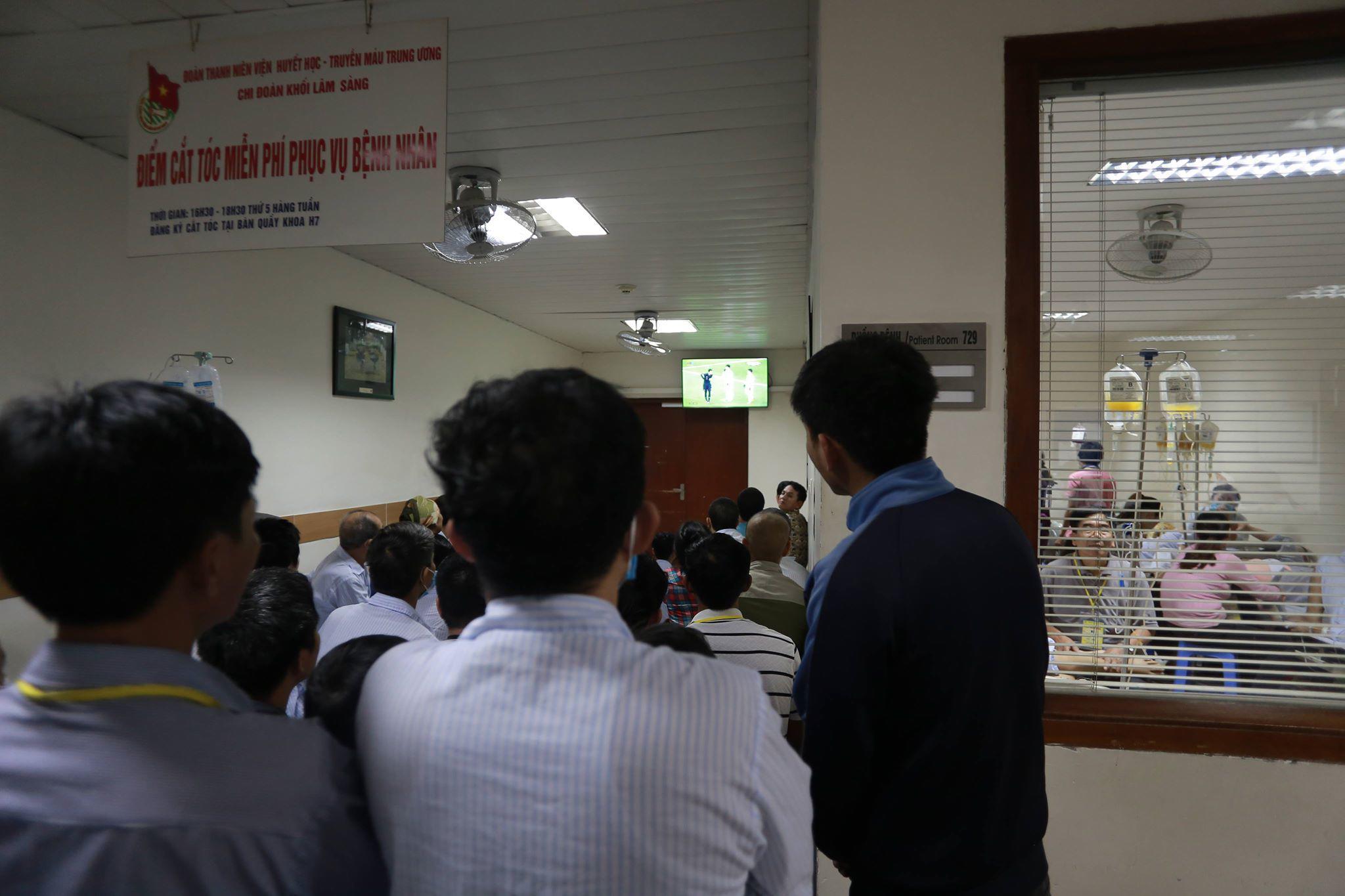 Bệnh nhân ung thư quên hết đớn đau, hò reo cổ vũ cho U23 Việt Nam - 1