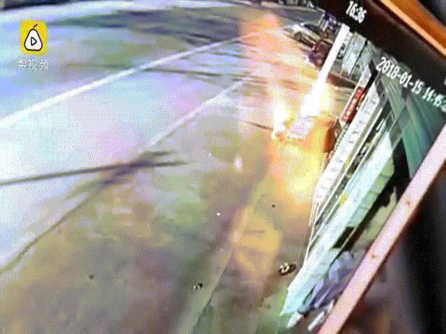 Người đàn ông TQ lái xe tải, rượt đuổi đâm chết trộm chó