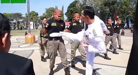 """VIDEO: Thị trưởng Indonesia tung """"liên hoàn cước"""" vào ngực cảnh sát - 1"""
