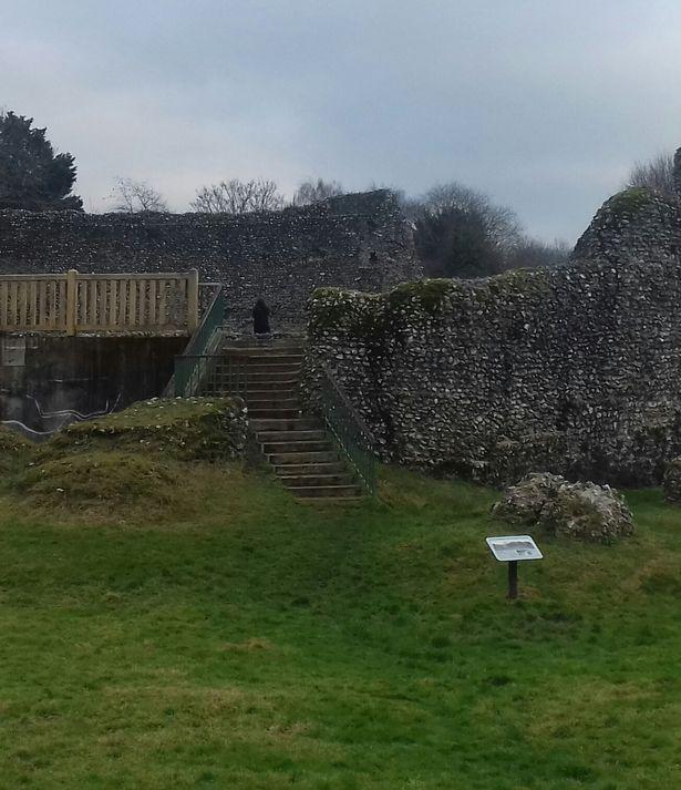 Chụp ảnh lâu đài thời Trung Cổ, thấy người mặc áo choàng đen bí ẩn? - 1