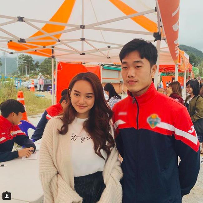 Hình ảnh nữ diễn viên Kaity Nguyễn chụp hình cùng cầu thủ Xuân Trườngvào tháng 10.2017, khi Kaity có một thời gian khá dài ở Hàn Quốc đểtham dự những hoạt động quảng bá choThế vận hội Mùa đông Pyeongchang 2018 được cư dân mạng truyền tay nhau.