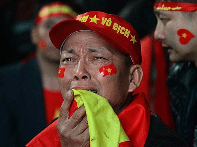 Cổ động viên khóc như mưa sau khi đội tuyển U23 Việt Nam thua ở phút chót