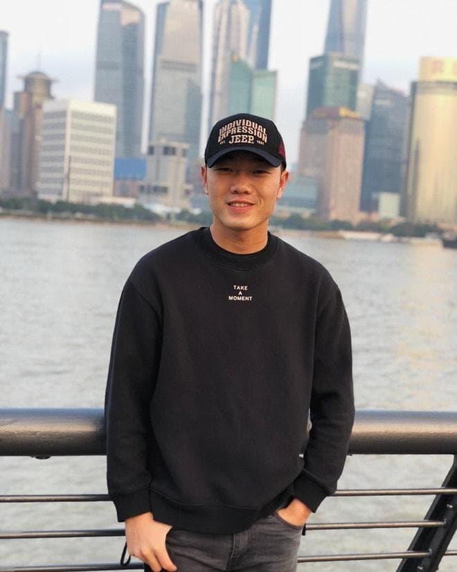 """Đội trưởng U23 Việt Nam """"chết nhát"""" khi đứng cạnh mỹ nữ """"Em chưa 18"""", chân dài Lan Khuê - 1"""