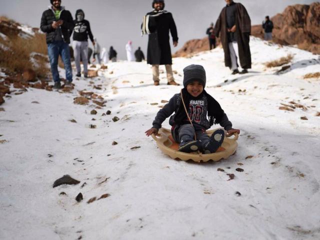 Tuyết bỗng rơi trắng xóa ở sa mạc Ả Rập Saudi