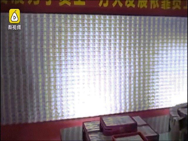 TQ: Dựng bức tường tiền chạm nóc nhà để thưởng Tết nhân viên