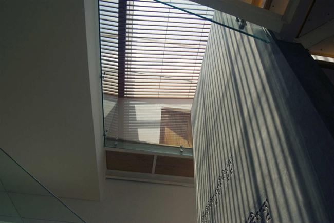 Tầng 1 được bố trí gồm phòng khách, bếp và bàn ăn.Tất cả xoay quanh một tiểu cảnh nằm ở vị trí trung tâm ngôi nhà.