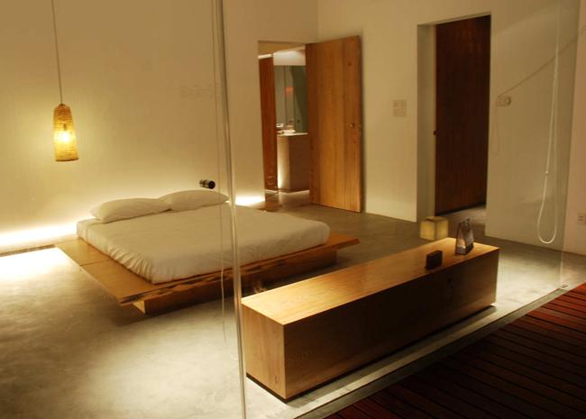 Phòng ngủ thoáng, sáng nhờ hệ cửa kính trong suốt.