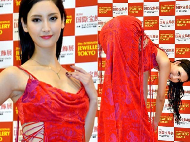 """Mỹ nữ Nhật Bản gây phản cảm vì tạo dáng tư thế """"độc lạ"""" trên thảm đỏ"""