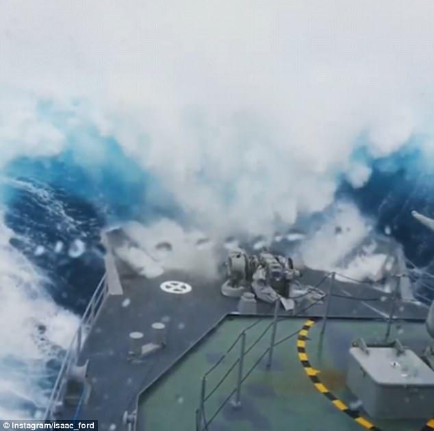 Tàu chiến New Zealand bị sóng biển như nhà 3 tầng nuốt gọn - 1