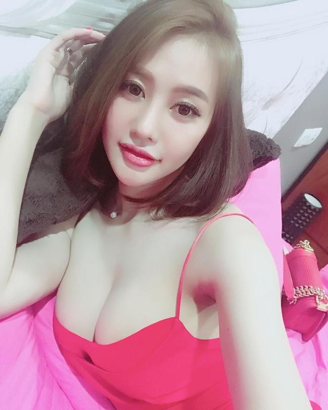Truyền thông Trung Quốc cho rằng, Linh Chi nóng bỏng hơn cả bản gốc Chu Ân với số đo hoàn hảo: 88 - 58 - 94cm.