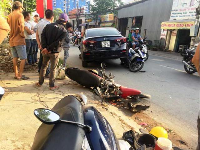 """""""Xế hộp"""" đại náo trên phố Sài Gòn, xe máy văng tứ tung"""