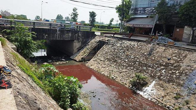 Kinh ngạc với màu nước kênh gần sân bay Tân Sơn Nhất - 1