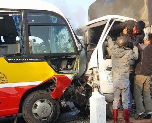 Xe tải đâm xe buýt, 2 người chết, 8 người bị thương - 1
