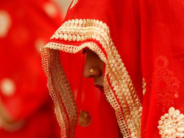 Ấn Độ: Chú rể kiểm tra trinh tiết cô dâu, hội đồng làng ngồi ngoài chờ