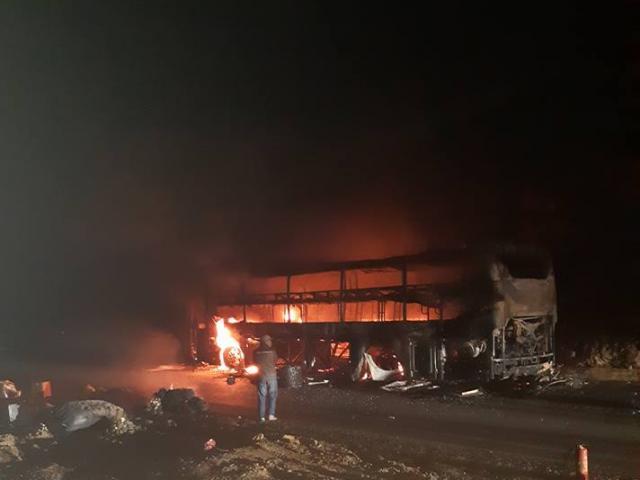 Xe giường nằm bốc cháy dữ dội trong đêm, gần 40 hành khách kêu gào