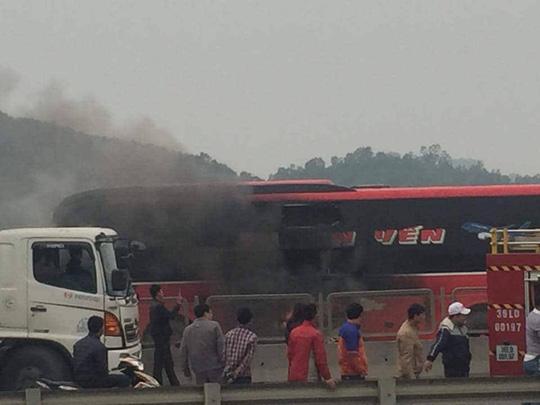 Xe khách 45 chỗ bốc cháy, hành khách hoảng loạn phá cửa - 1