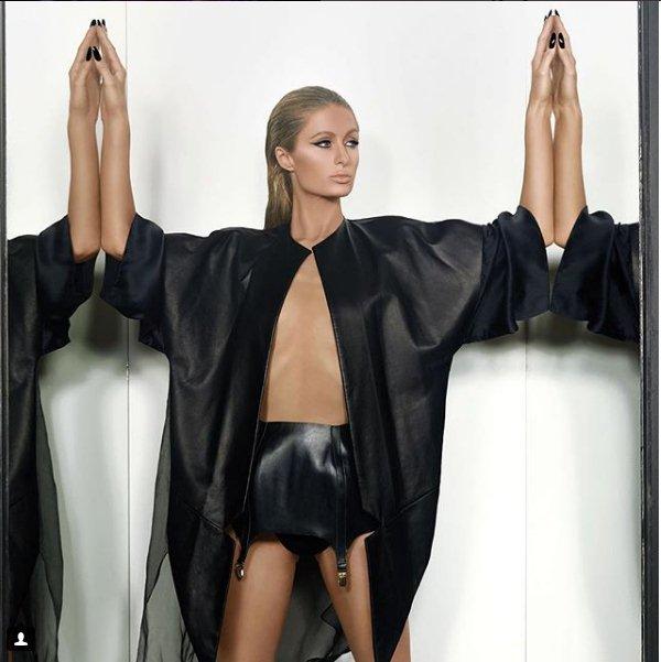 Paris Hilton bị chỉ trích vì khoe thân quá đà - 1