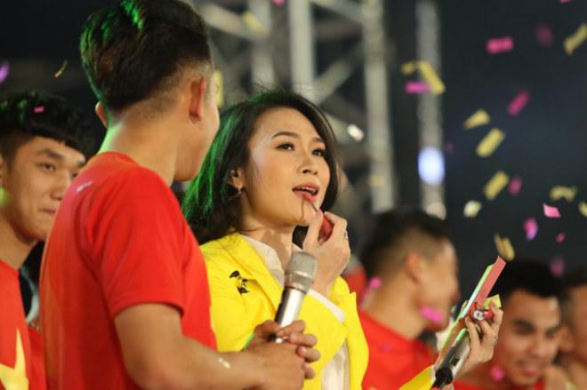 """U23 Việt Nam """"mở hội"""" tại TP HCM: Công Phượng tặng quà Mỹ Tâm, CĐV ngây ngất - 1"""