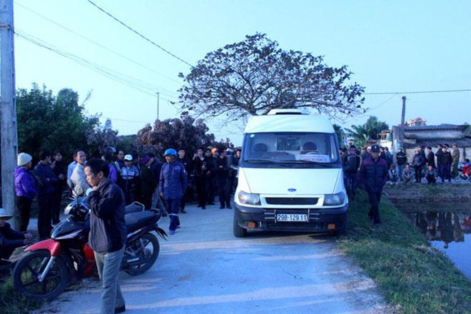 Vụ thanh niên nghi bị bắn khi đánh bạc: Hàng trăm người kéo đến trụ sở công an huyện - 1