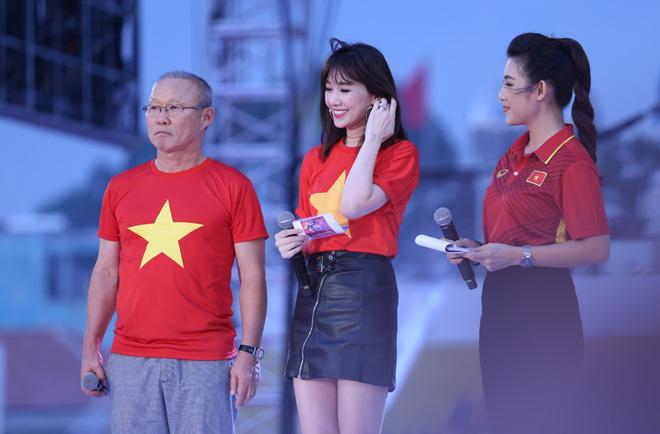 Hari Won hồi hộp khi làm phiên dịch cho huấn luyện viên Park Hang Seo - 1