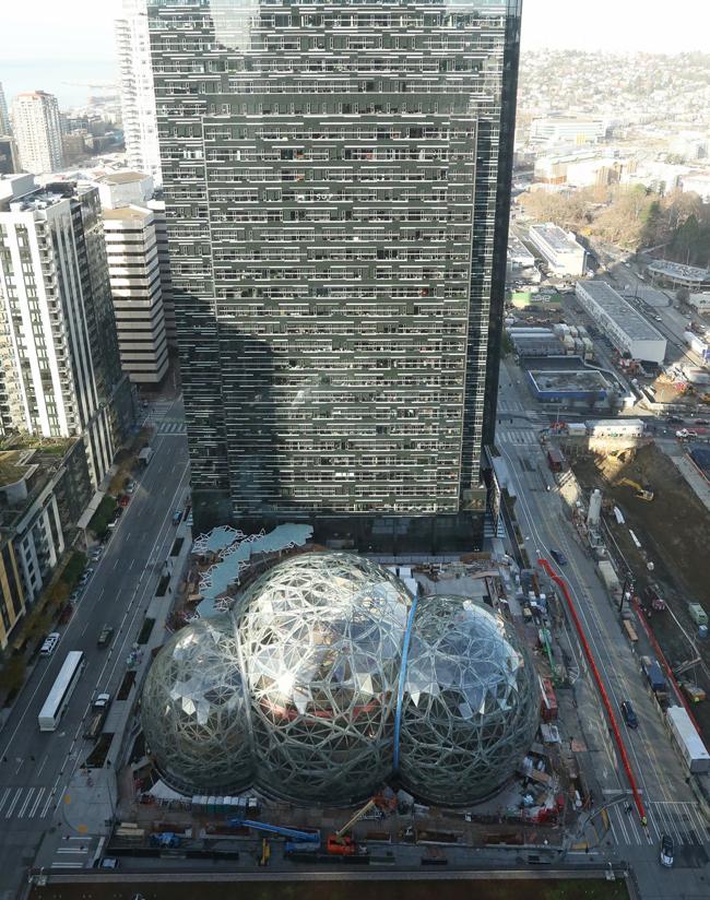 """The Spheres là """"tâm điểm và trái tim mới"""" trong khuôn viên tòa trụ sở của Amazon ở trung tâm thành phố Seattle. Ba vòm thủy tinh – cái lớn nhất trong số đó cao gần 27,5 mét và rộng gần 40 mét – được kết nối với nhau để tạo thành một phòng lớn."""