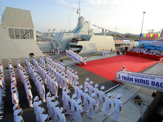 Thượng cờ hai tàu hộ vệ tên lửa tại quân cảng Cam Ranh