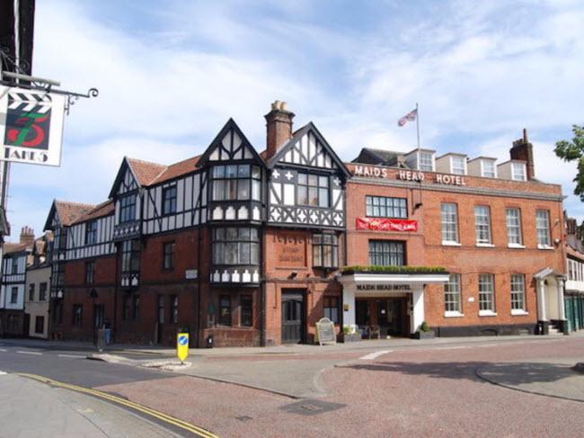 Maids Head Hotel, Norwich, Anh (Năm 1090): Khách sạn từng chào đón những vị khách nổi tiếng như Edward, con trai của nhà vua Edward III và nữ hoàng Catharinen of Aragon.