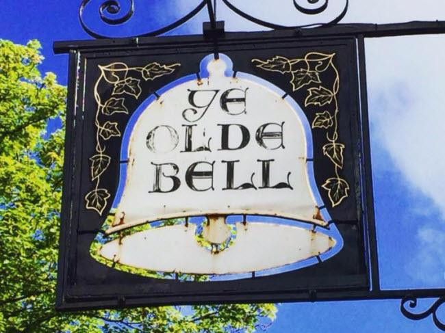 The Olde Bell, Berkshire, Anh (Năm 1135): Khách sạn 882 năm tuổi được sử dụng để phục vụ các quan khách quan trọng tới thăm khu vực xung quanh hay đi ngang qua nơi đây.