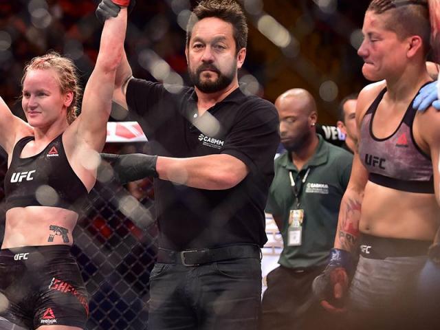 """UFC: Thấy phụ nữ nguy hiểm tính mạng không cứu, trọng tài nhận """"mưa đòn"""""""