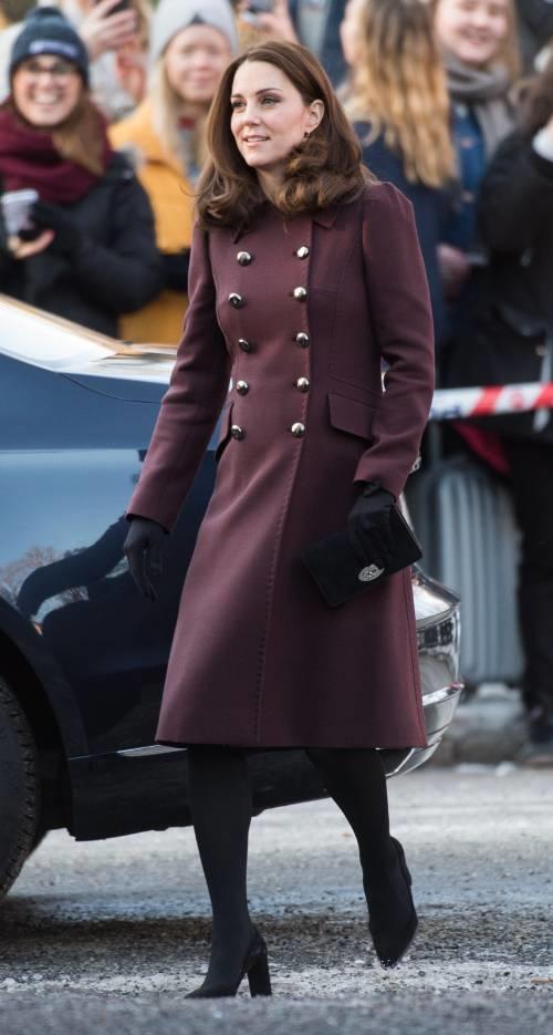 Vì sao công nương Anh không bao giờ cởi áo khoác nơi công cộng? - 6