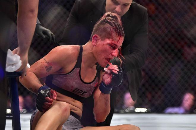 """UFC: Thấy phụ nữ nguy hiểm tính mạng không cứu, trọng tài nhận """"mưa đòn"""" - 1"""