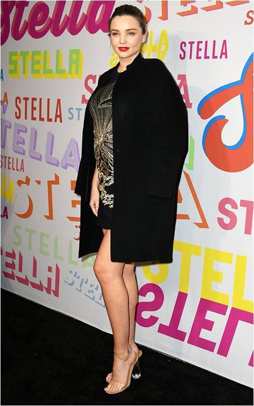 Bầu bí, Miranda Kerr vẫn tỏa sáng tựa nữ thần với giày trong suốt - 2
