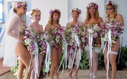 Ngã ngửa vì những cô dâu mặc váy cưới như ở trần - 2