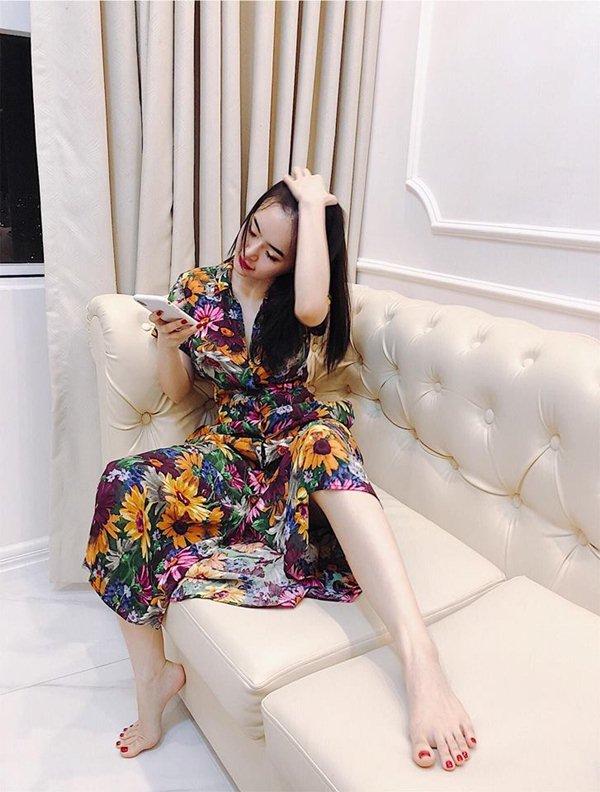 Nín thở với loạt váy áo ngủ trễ nải của em gái Angela Phương Trinh - 4