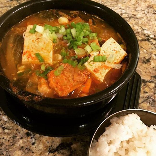 Món kim chi hầm thịt thơm ngon đánh bay cơm trong mùa Đông - 1