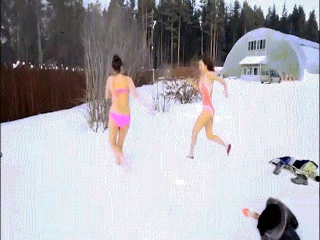 """Trời -10 độ, hai cô gái xinh mặc bikini """"lôi"""" nhau ra ngoài tắm tuyết"""