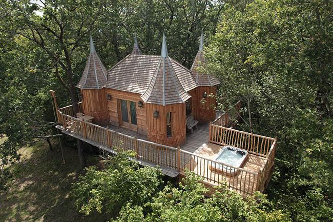 Nếu muốn có một kỳ nghỉ hoàng gia, hãy đến với khách sạn Monzbazillac Treehouse tại nước Pháp. Khách sạn được xây dựng như một tòa lâu đài thu nhỏ trên các cây sồi, giúp du khách có thể thỏa sức ngắm nhìn quang cảnh đồng quê của nước Pháp.