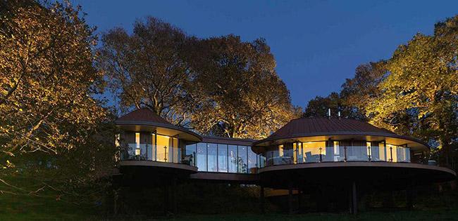 Nếu sang trọng là tiêu chí hàng đầu của bạn thì Chewton Glen Treehouses tại Anh sẽ là một lựa chọn tuyệt vời. Không nằm quá cao so với mặt đất, các vị khách nghỉ tại đây có thể chầm chậm thưởng thức một bữa sáng yên bình vừa ngắm quang cảnh từ những tán rừng xanh rì xung quanh.