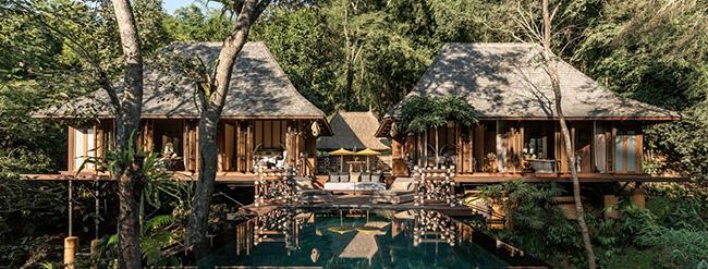 Nếu muốn thưởng ngoạn phong cảnh đẹp đến nghẹt thở của Tam giác Vàng hay sông Ruak, hãy đến với khách sạn Four Seasons Tented Camp Golden Triangle tại Thái Lan. Du khách có thể cưỡi xe bò qua khu rừng, thăm thú các phiên chợ và thư giãn tại spa của khách sạn.