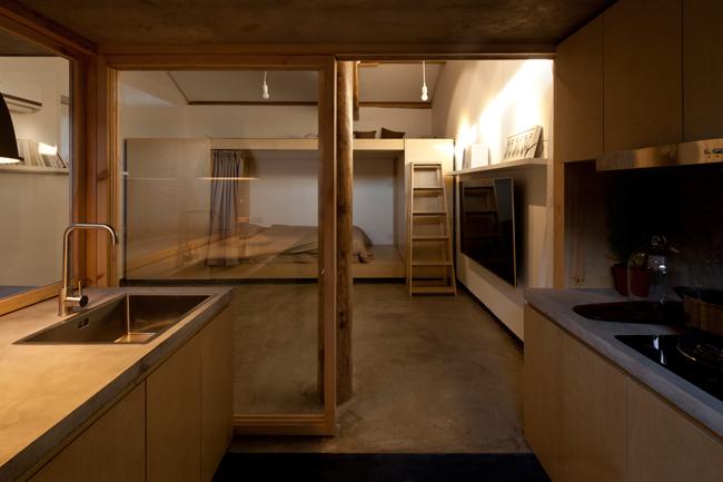 """""""Buồng riêng tư"""" dùng làm phòng ngủ ở phía bên kia ngôi nhà, được xây dựng bằng thép nhẹ và ván ép."""