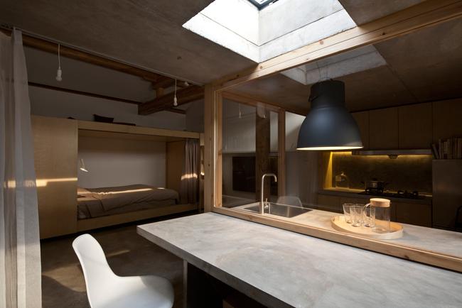Cửa sổ xoay chia buồng sinh hoạt thành 2 phòng riêng biệt: phòng bếp và phòng sinh hoạt.