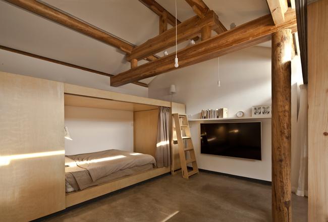 Không gian nằm giữa 2 căn buồng được bỏ trống hoàn toàn để làm nơi sinh hoạt chung.