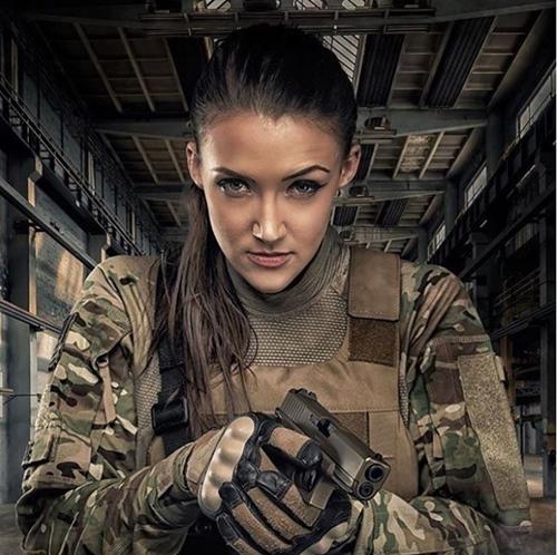 Nàng cựu binh xinh như hoa hậu chỉ mê trai đẹp và...súng! - 2