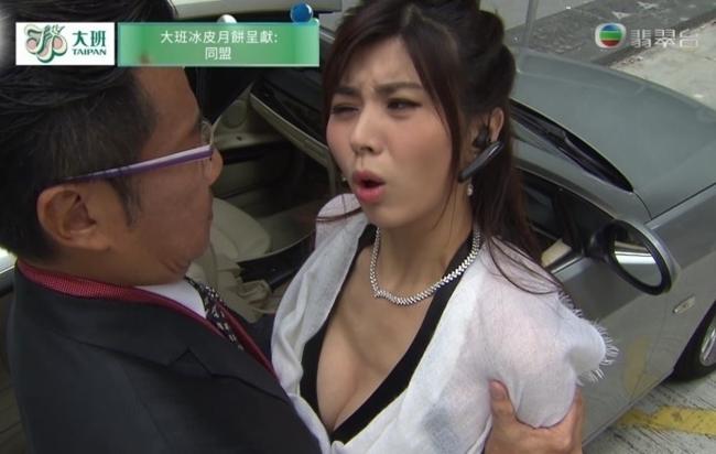 """Trương Tú Văn là diễn viên nổi tiếng sau bộ phim hành động """"Cộng sự"""" năm 2017. Cảnh nhân vật Lý Giai Giai do cô đảm nhận cố tình ăn vận gợi cảm, khoe vòng một để phân tán sự chú ý của một diễn viên nam ở tập 17 gây ấn tượng với khán giả."""