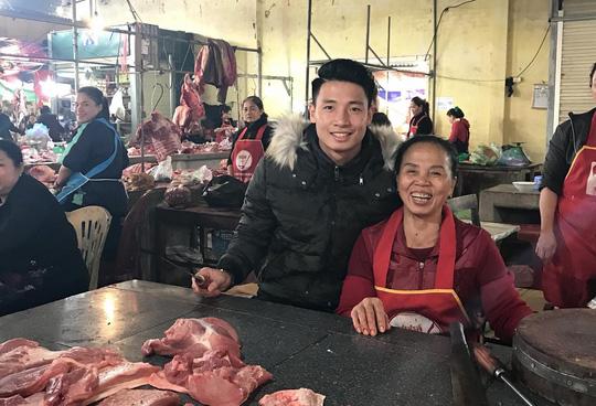 Chợ quê xôn xao khi trung vệ Tiến Dũng phụ mẹ bán thịt heo - 1