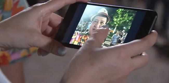 """Giơ máy lên chụp cho cô bạn nhưng ông Quang lại bật camera trước để chụp ảnh selfie (ảnh tự sướng), mặc bà bạn cứ thoải mái tạo dáng. Thật là """"có tâm"""" mà!"""