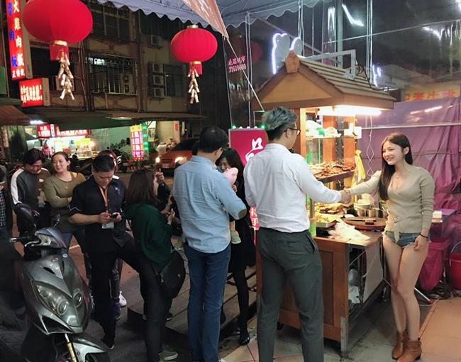 Cuối tháng 1.2018, loạt ảnh chân dài xứ Đài diện áo sexy, diện quần short ngắn cũn cỡn chỉ 3cm đứng bán thịt nướng ở một quầy hàng vỉa hè gây sốt cộng đồng mạng. Mỹ nữ trong ảnh là người mẫu có nghệ danh Tiểu Đào Tử (Vivi).
