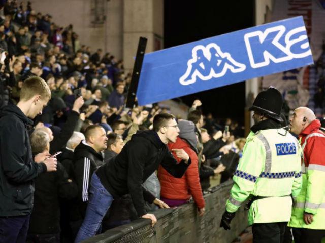 """Thua sốc, fan Man City nổi giận tấn công cảnh sát, đòi """"xử"""" trọng tài"""