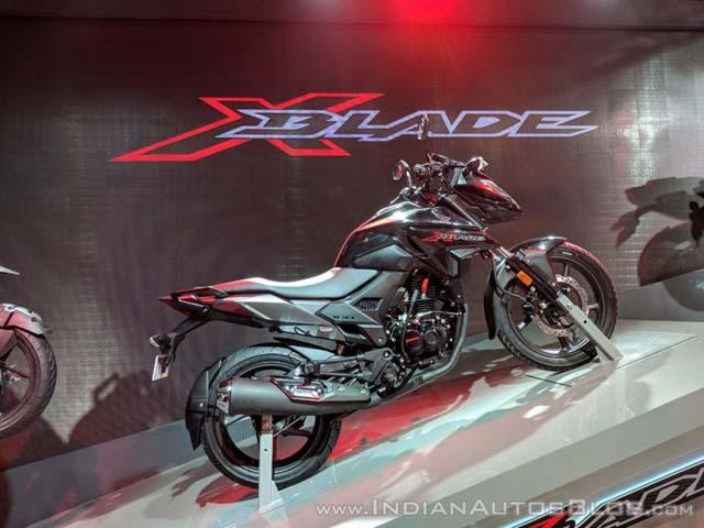 """Honda X-Blade """"đối đầu"""" với người anh em Honda CB Hornet 160R"""