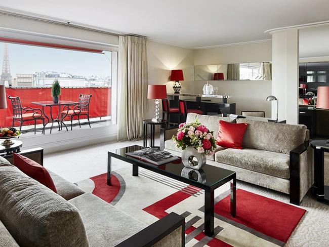 Khách sạn Plaza Athenee thanh lịch có lối thiết kế theo phong cách Paris cổ điển, với đèn chùm, sân trong đầy các loại cây và nội thất được thiết kế kỹ càng.